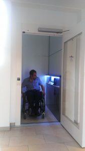 Rollstuhlfahrer im Plattformlift